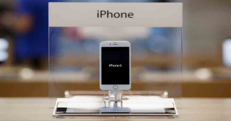 MADRID, SPAIN - SEPTEMBER 26:  An iPhone 6 is on display at Puerta del Sol Apple Store as Apple launches iPhone 6 and iPhone 6 Plus on September 26, 2014 in Madrid, Spain. Customers started to queue 20 hours prior to the opening of the store for the launch of Apple's new smartphones.  (Photo by Pablo Blazquez Dominguez/Getty Images)
