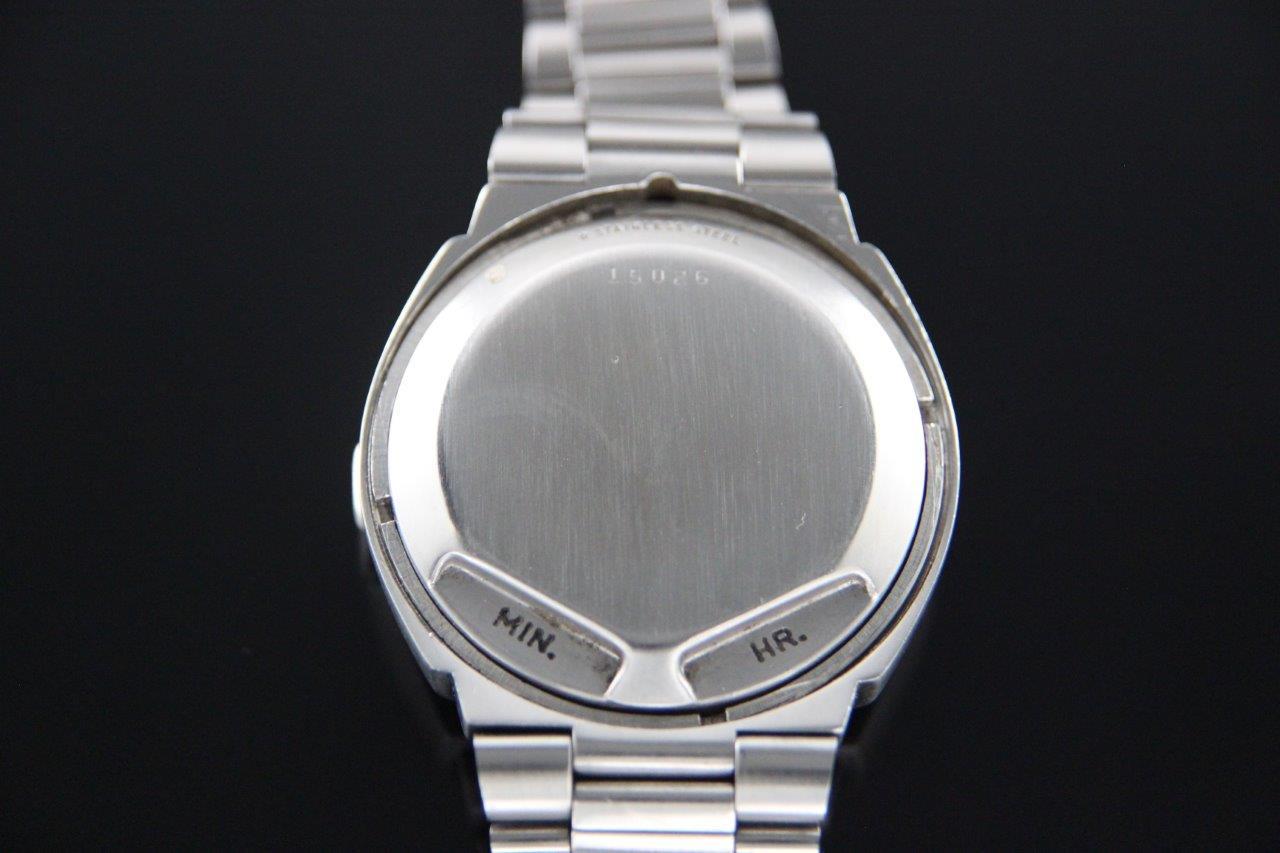 از نمای پشت، اصلا متوجه نمیشوید که این، یک ساعت عجیب باشد