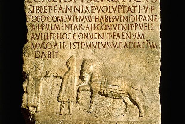 این کنده کاری یک سنگ قبر در ایتالیا است و مهمانخانه دار و مشتری او را نشان می دهد
