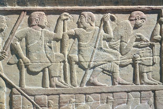 لوح سنگی مربوط به قرن پنجم میلادی، نشان دهنده قاضی و کاتب در سمت راست