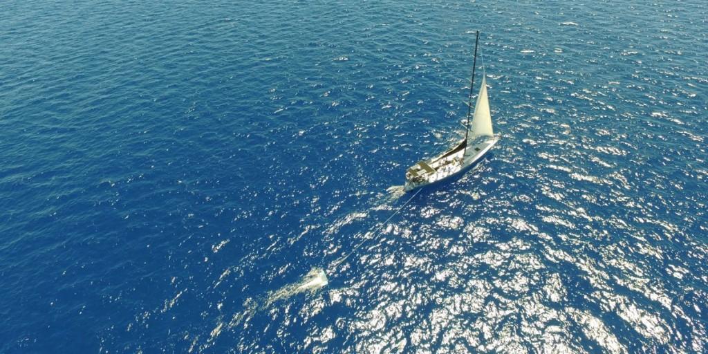 کشتی پشتیبانی سفر مگا در حال پهن کردن تور سطحی هنگام عزیمت از هاوایی