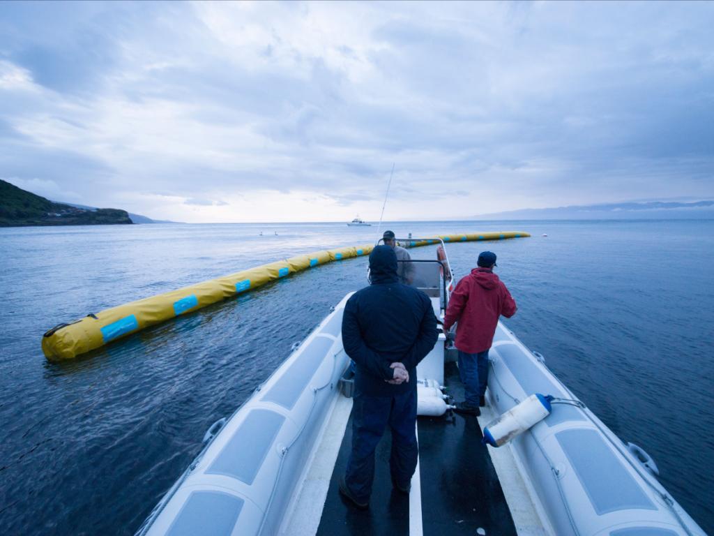 خدمه بازرس مدل آزمایشی سیستم 40 مایلی مانع پاکسازی اقیانوس