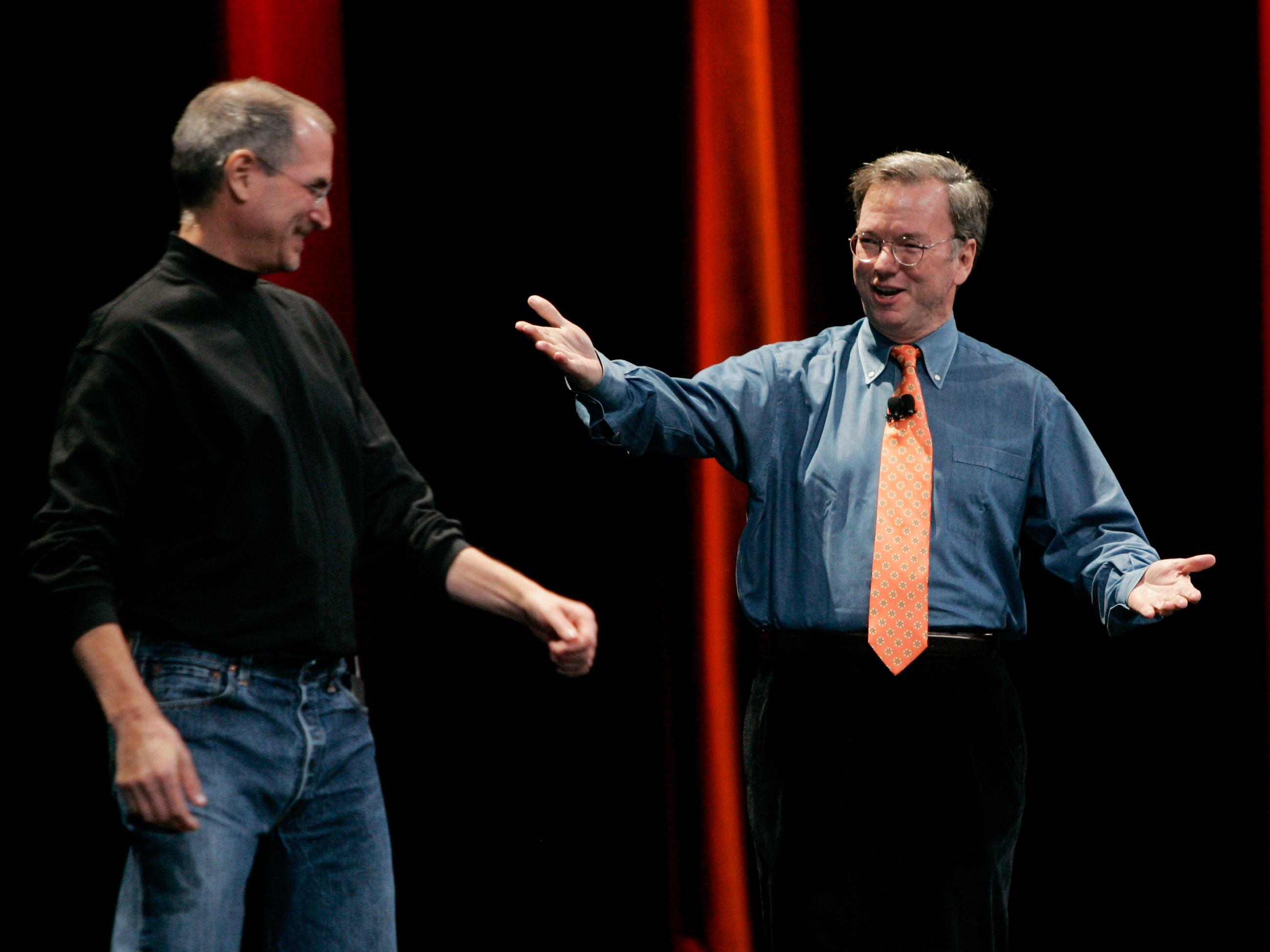 مدیر عامل شرکت اپل استیو جابز، در سمت چپ، و اریک اشمیت، در سمت راست، در حال معرفی آیفون در نمایشگاه سانفرانسیسکو در سال 2007