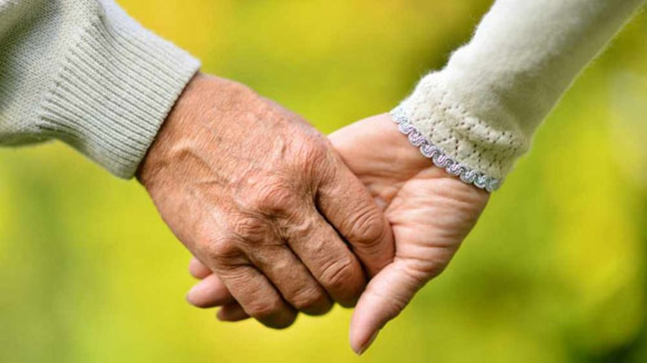 عکس دست جوان و دست پیر