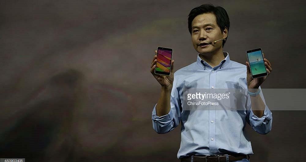 مدیر عامل شیائومی در حین استفاده از فبلت Mi Max و دستبند Mi Band 2
