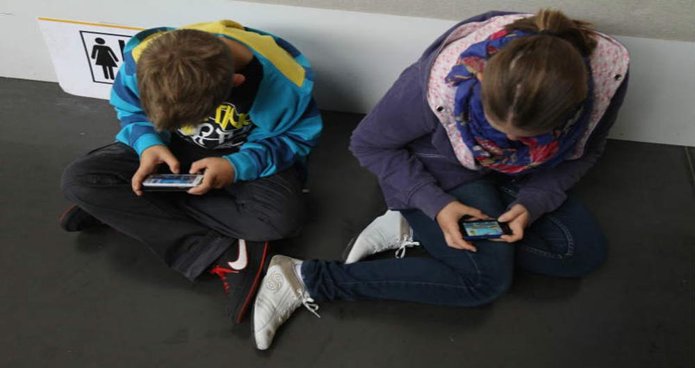 kids-using-mobile