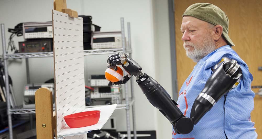 دست های مکانیکی معلولین را یاری می دهند