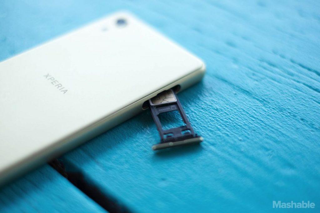 اسلات کارت حافظه میکرو SD برای افزایش فضای ذخیره سازی در کنار نانو سیم کارت قرار می گیرد.