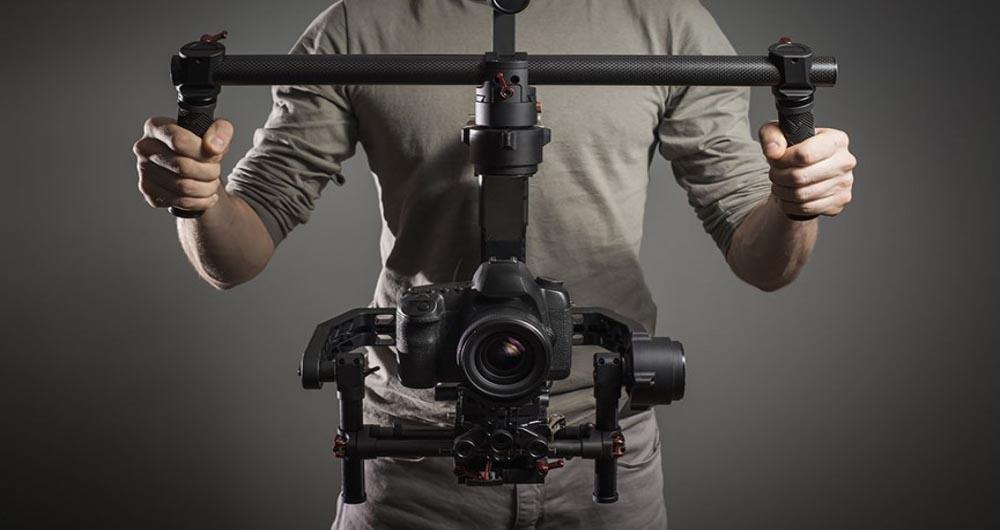 تماشا کنید؛ نگهدارنده دوربینی که بر جاذبه غلبه می کند