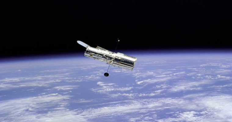 hubble_space_telescope_and_earth_limb_-_gpn-2000-001064