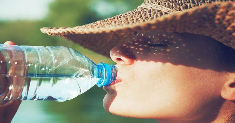 ۴۶۶۱۶۵۸۸ - woman drinking water in summer sunlight