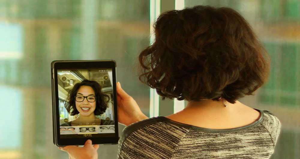 با این آینه هوشمند بهترین عینک را برای خود انتخاب کنید