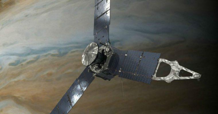 فضاپیمای جونو در حال گردش دور سیاره مشتری