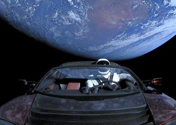 این وب سایت به صورت لحظه ای سفر فضایی اتومبیل ایلان ماسک را مخابره می کند