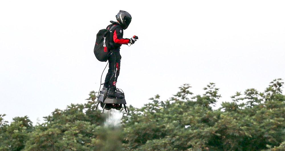پرواز بر فراز کانال آبی انگلستان به وسیله یک هاوربورد