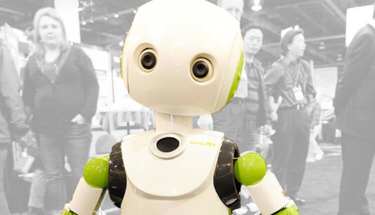 ربات Robovie افراد را به زدن ماسک و رعایت فاصله اجتماعی دعوت می کند