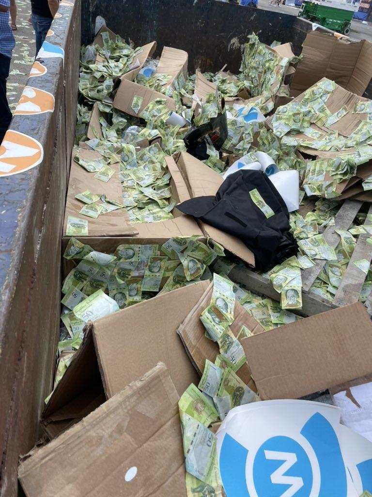سطل زباله پر از اسکناس ونزوئلایی